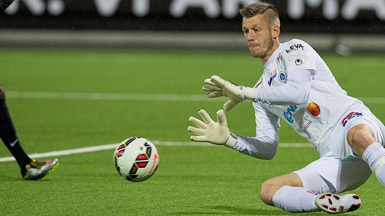 Gustav Jansson gör en målvaktsräddning
