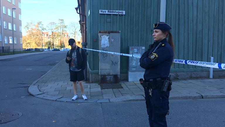 Boende i de närmaste kvarteren uppmanas att inte gå ut genom entréerna som vetter åt bilens håll, skriver polisen på sin hemsida.