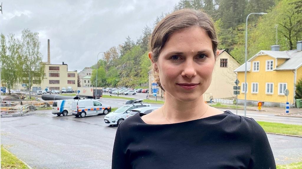 Jenny Elander Ek (C) kommunalråd i Valdemarsvik framför en vy ner mot hamnen