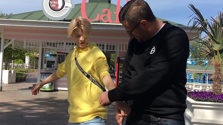 """Theo """"Theoz"""" Haraldsson lär sin pappa Johan några danssteg."""