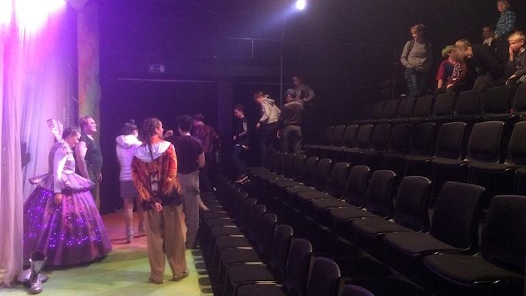 Publik på väg ut efter föreställning hos Ung scen öst