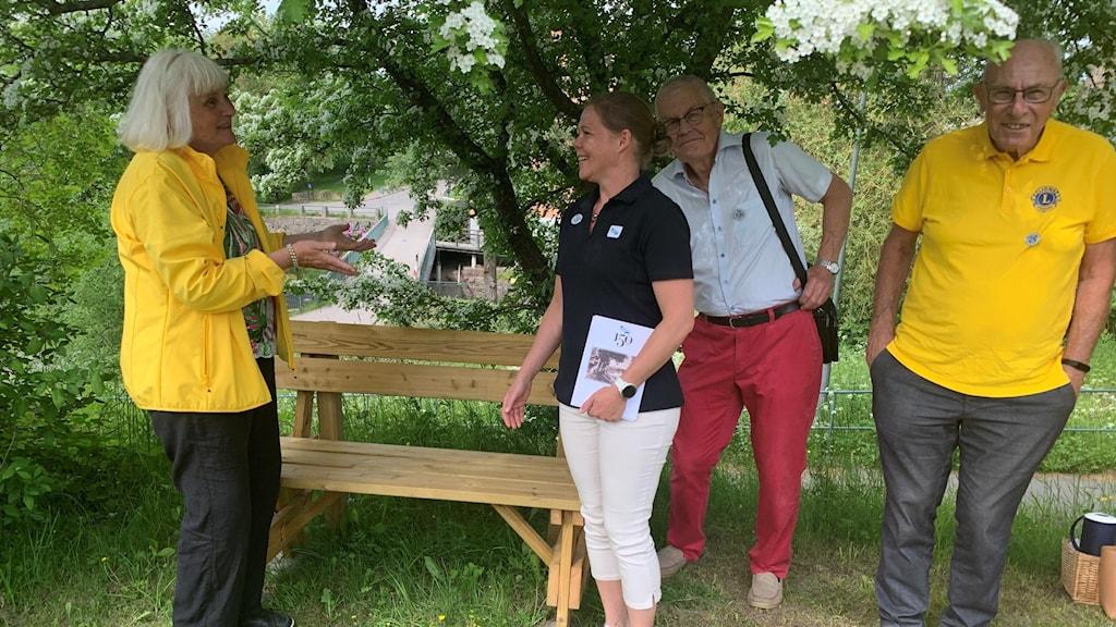 Monica Björklund från Lions club Linköping lämnar över 150 års presenten, en bänk, till Karin Nybrolin, vd för Kinda kanal.