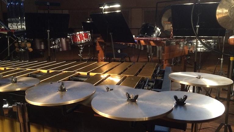 Fullt av slagverksinstrument på scenen