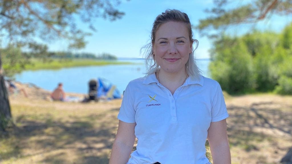 Sanna Dahlström jobbar som hälsocoach. Här står hon framför badplatsen i Svärtinge.