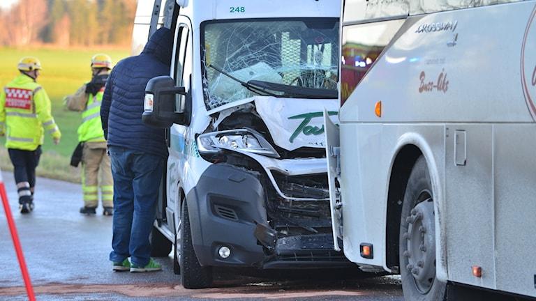 Strax efter klockan åtta frontalkrockade en större och en mindre skolbuss på väg 848, mellan Ljunga och Tåby utanför Norrköping.
