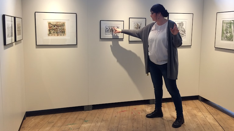 Carina Milde, intendent på EWK-museet visar Luthers bilder