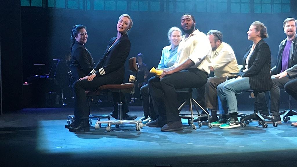 Linda Olsson och resten av ensemblen spelar upp en av scenerna i musikalen Come from away.