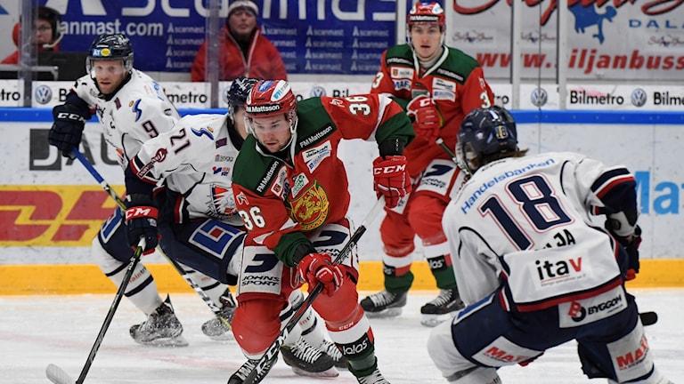 Moras Jason Akeson med pucken under onsdagens ishockeymatch i SHL mellan Mora IK och Linköping HC i Jalas Arena