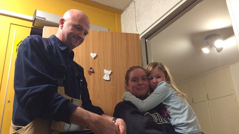 Sara och Molly Persson i Åby får besök av Brandmannen Jonas Torstensson.