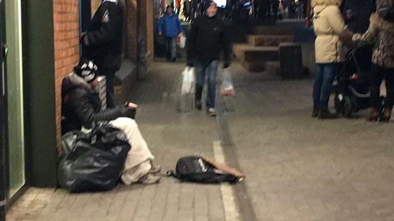 Tiggare sitter vi bankomat i Linköpings centrum.