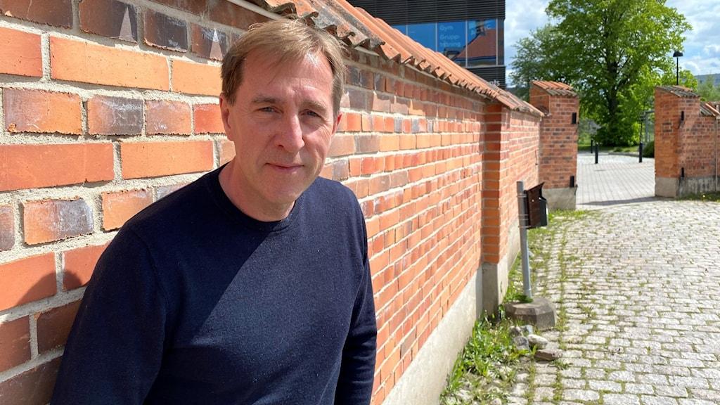 Fredrik Törnqvist Stångåstadens vd i Linköping står lutad mot en tegelmur