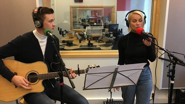 Karin Marklund och gitarristen Oskar Lejonklo.
