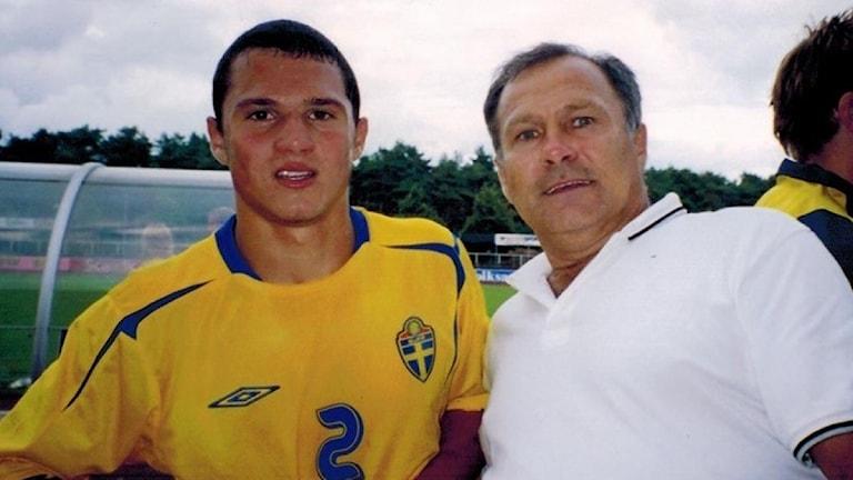 Armando Ibrakovic med sin pappa i tröjan från Ungdomslandslaget