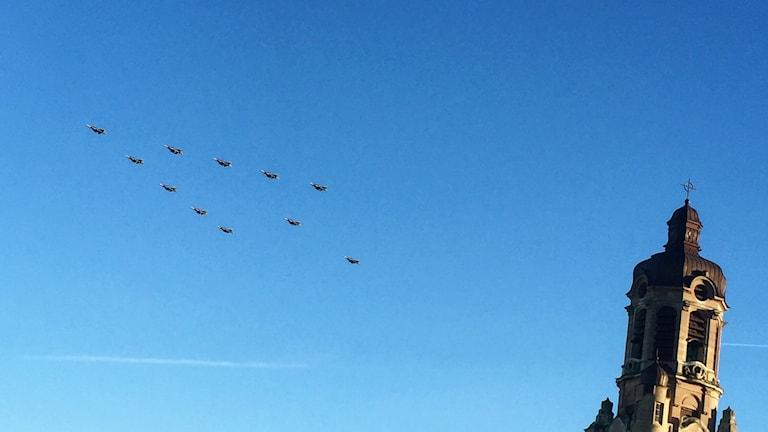 Julgranen flyger på omkring 500 meters höjd, i 350 kilometer i timmen.
