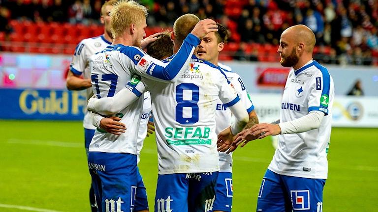 IFK-spelare som kramar om varandra