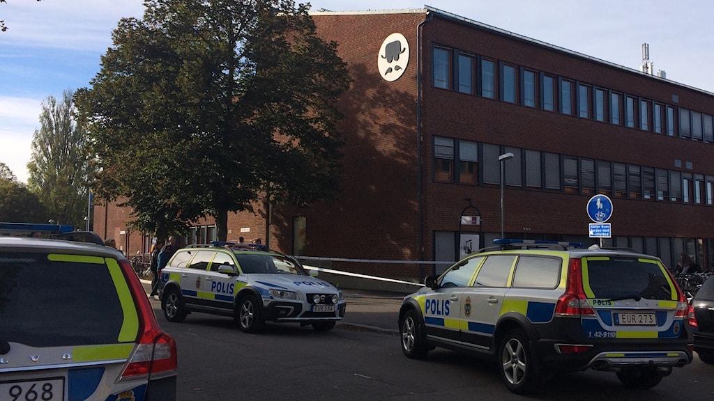 Åklagaren som leder förundersökningen om fallet där en 13-årig pojke knivskars utanför Berzeliusskolan i Linköping är väldigt förtegen om omständigheterna kring händelsen.