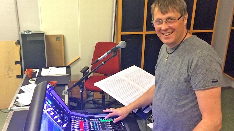 """Lars Nilsson, ljuddesigner för """"Dance Music Symphony"""" av Hans Ek."""