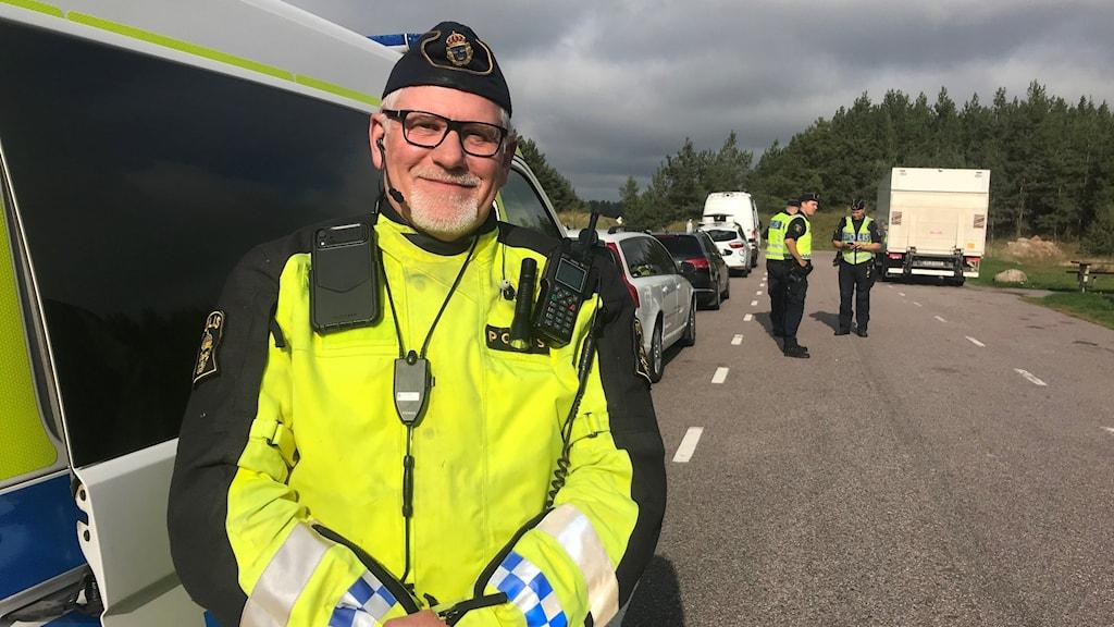 Polisen Lars-Jonney Jonsson vid en av polisens trafikkontroller i Östergötland.