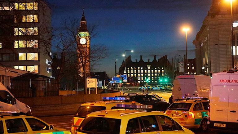 Ännu på kvällen är det mycket blåljus runt om i London.