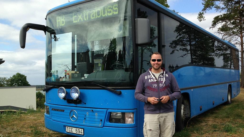 Björn Hammarskjöld framför bussen han köpt med egna medel.
