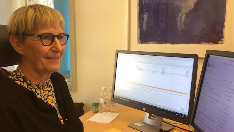 Bodil Karlsson registrerar Linköpingsförslagen som kommer in.
