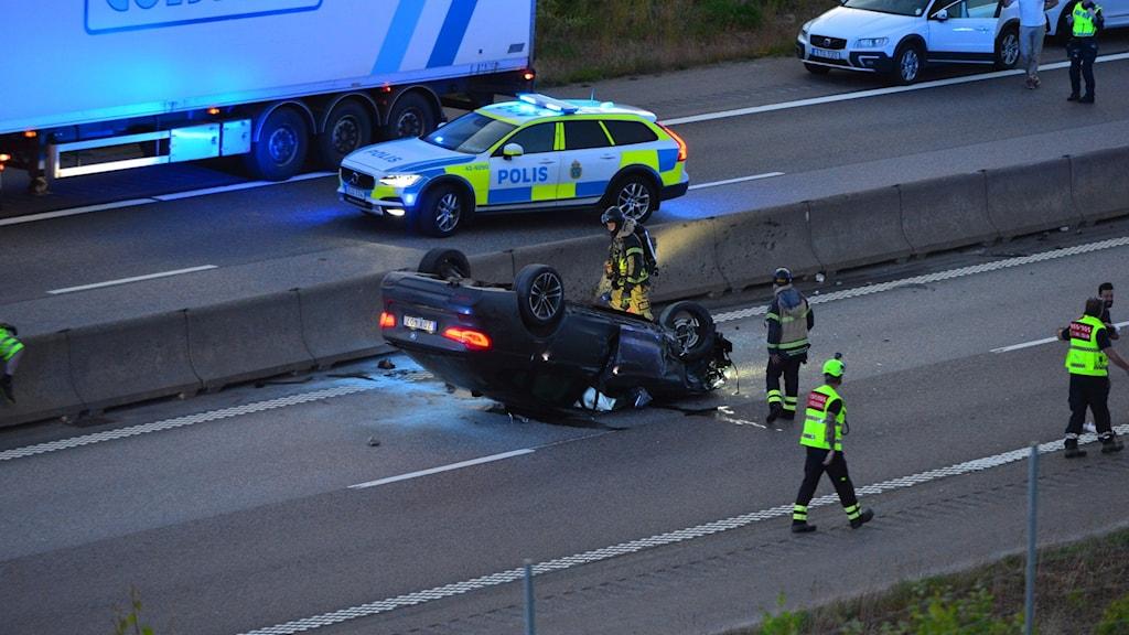 Två personer fick köras till sjukhus efter en olycka på E4.