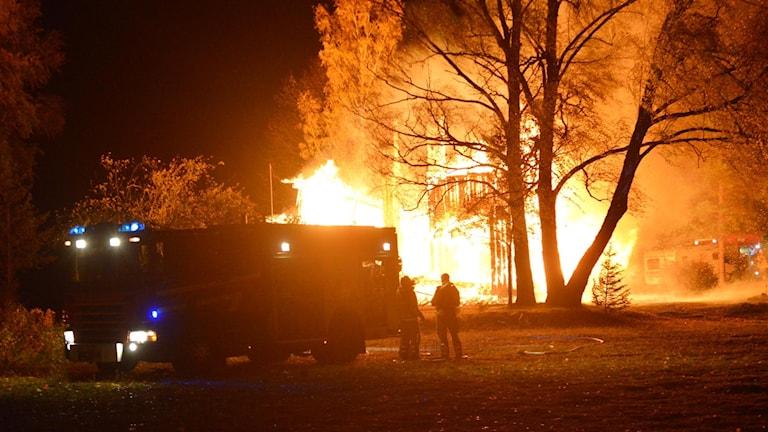 Brand med brandbil i förgrunden