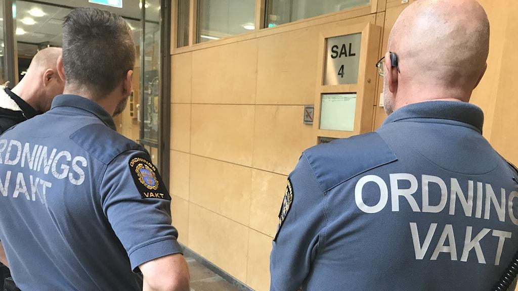 Förhandlingarna pågår bakom stängda dörrar i sal 4 i Linköpings tingsrätt.