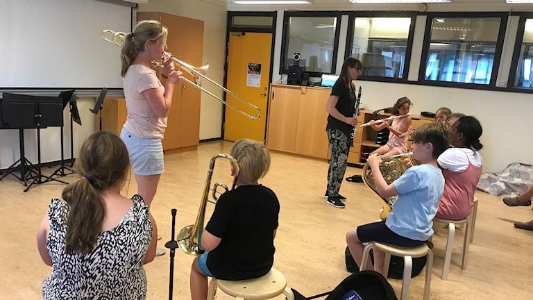 Orkesterskolan på Klockaretorpsskolan i Norrköping repeterar.