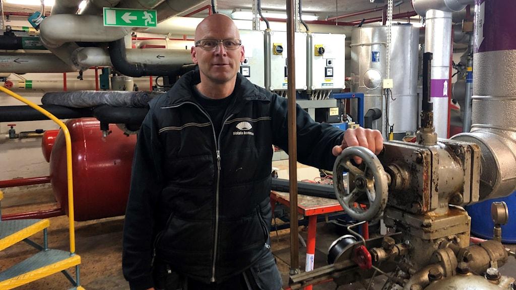 Patrik Widing, arbetsledare för idrott & anläggningar på Motala kommun. I kylrummet till isstadion i Motala.