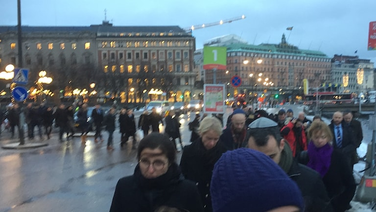 Ett femtiotal riksdagsledamöter manifesterade mot antisemitismen med en kippavandring i Stockholm.