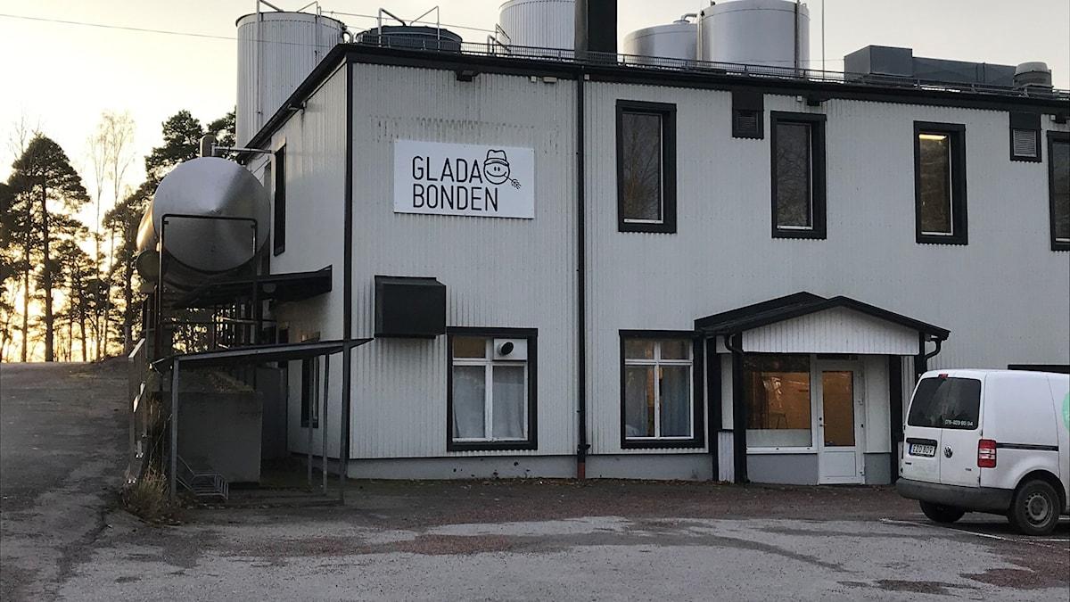 Mejeriet i Boxholm med skylt Glada Bonden. Boxholmsost.