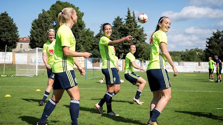 Nilla Fisher, Jonna Andersson, Marija Banusic, Jessica Samuelsson och Kosovare Asllani under träningen. Fotbollslandslaget tränar i Rovinj inför tisdagens VM-kval match mot Kroatien.