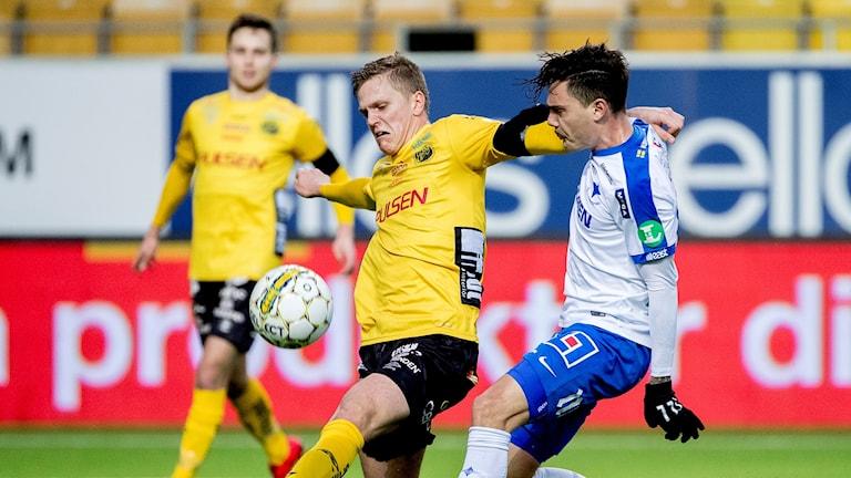 Spelare jagar bollen