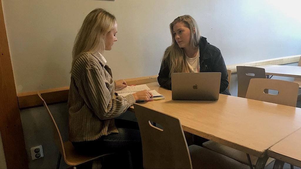 Emilia Jonsson och Clara Albinsson, lärarstudenter på LIU.