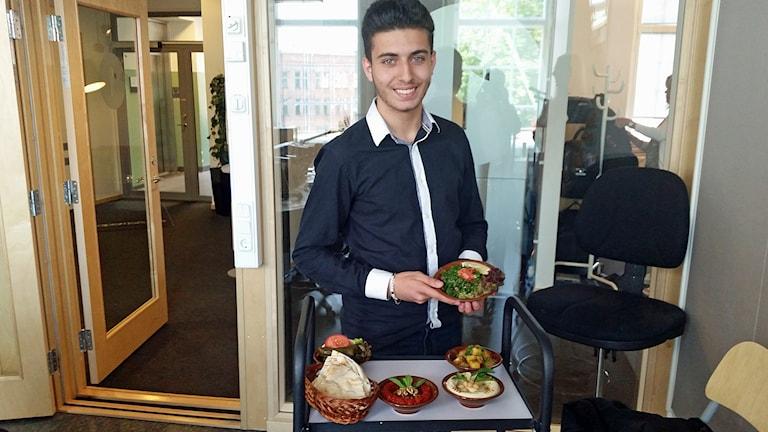 16-åriga Afram Hanna från Norrköping bjuder på libanesisk mat.