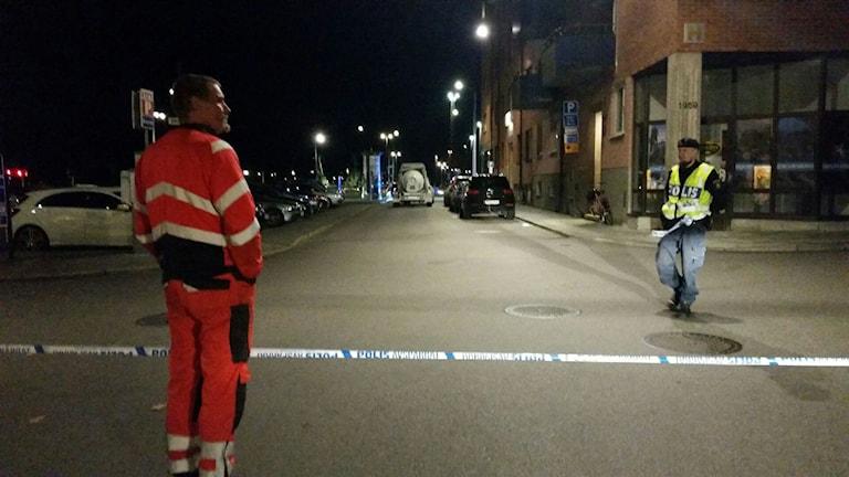 En avspärrad gata, polis