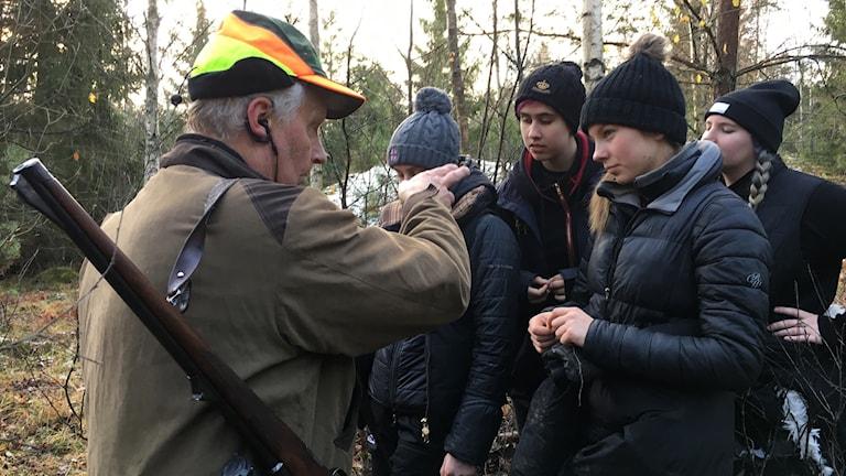 Johan Bergström berättar hur hans jakthund jobbar för elever från Himmelstalundsgymnasiet.