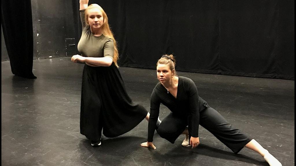Liv Aira och Marika Renhuvud förbereder sig för att dansa på Sagateaterns scen.