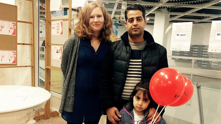Carolina Lindblad och Muhammed Alderea med dottern Sanaa.