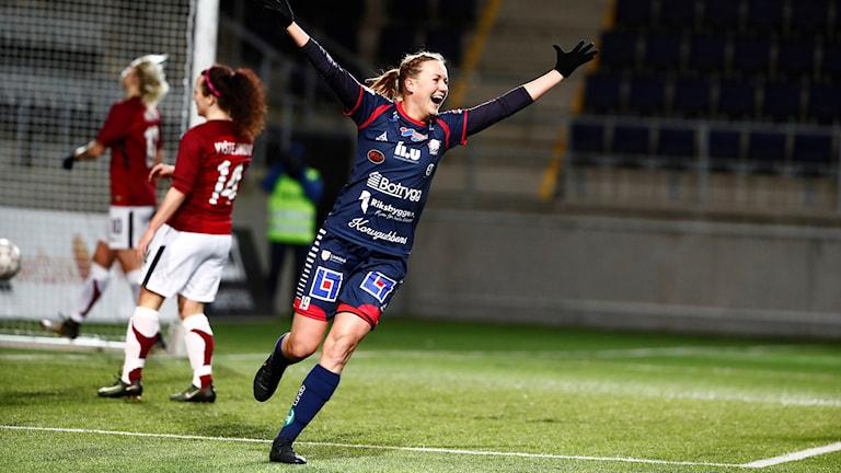 Kristine Minde jublar med armarna uppsträckta.
