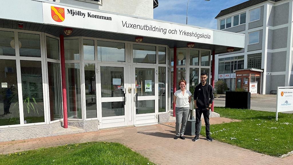 Linda Thörn och Mohammad Alibrahim utanför vuxenutbildningen i Mjölby.