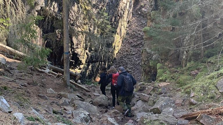 Personer som vandrar i oländig terräng i Skurugata.