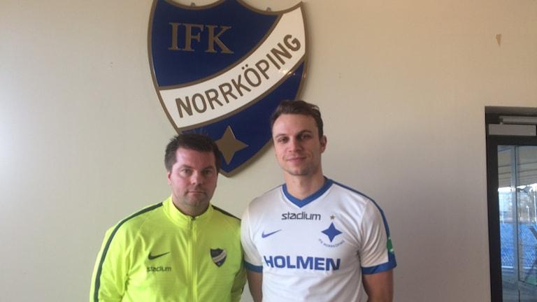IFK:s manager Jens Gustafsson tillsammans med nygamla förvärvet Lars Krogh Gerson.