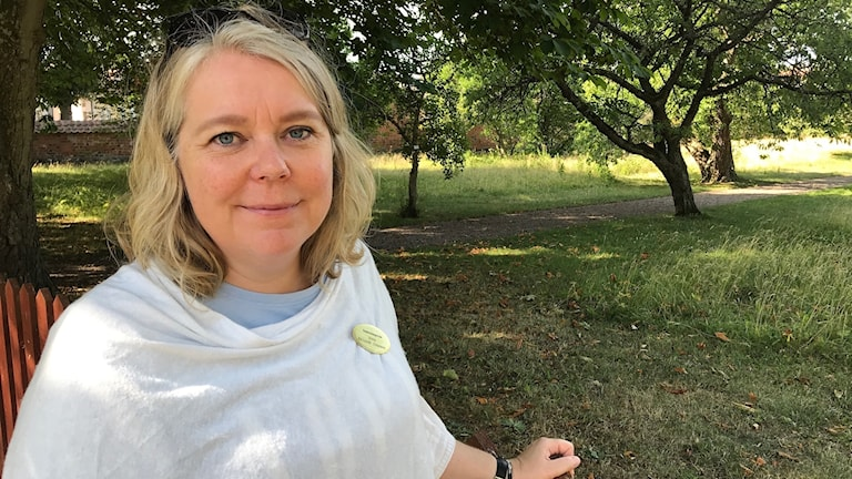 Vadstenaguiden Anna Eklundh Jonsson bjuder på trädgårdstur i klosterområdet.