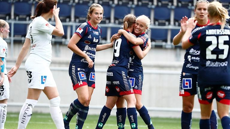 Linköpings Alva Selerud kramar om 3-1-skytten Kristine Minde i matchen mot Kvarnsveden.