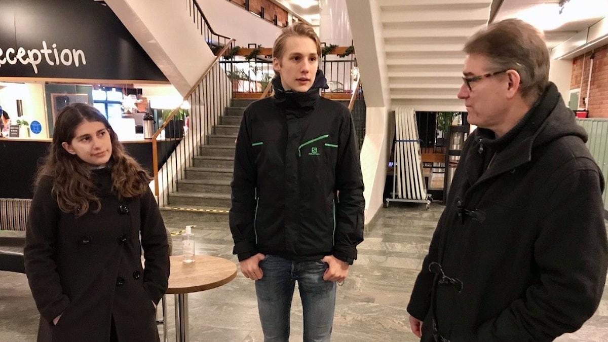 Gymnasieeleverna Karla Faroun och Jonas Andersson med Patrik Lindström, rektor på Hagagymnasiet.