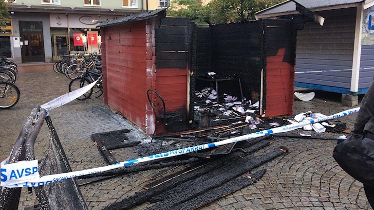 Den nedbrända valstugan på Trädgårdstorget i Linköping.