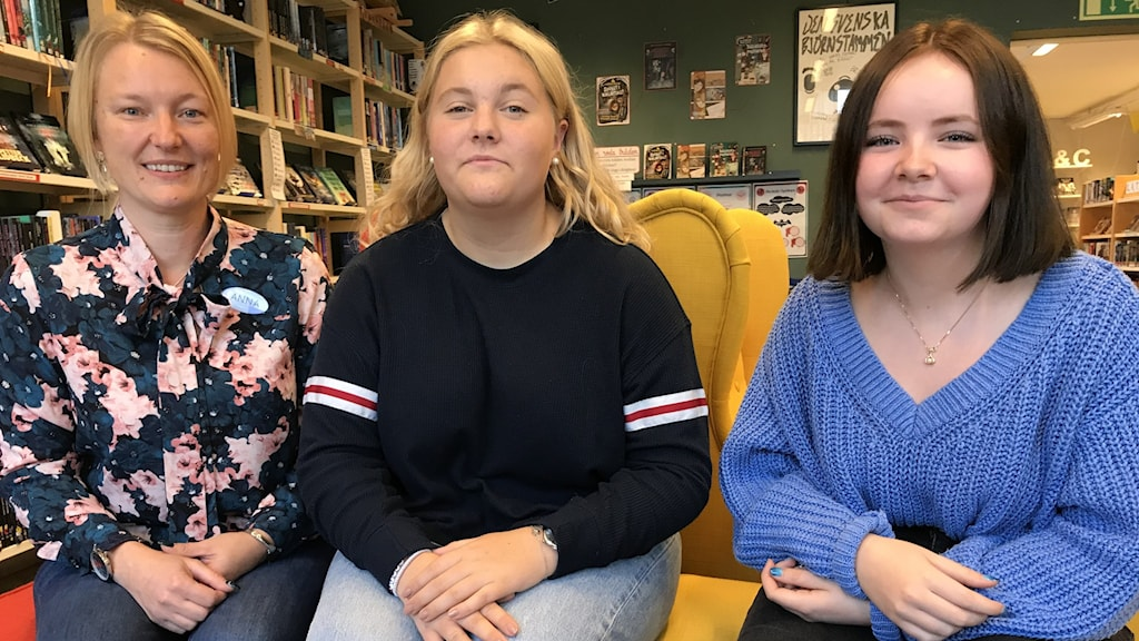 Läraren Anna Danielsson tillsammans med eleverna Märta Holmén Hägerdal och Filippa Ridderstad.
