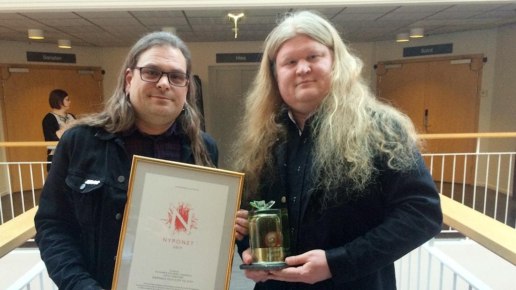Patrik Lindecrantz och Kaj Sivervik som blev årets pristagare av Lars Winnerbäckspris Nyponet..